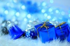 Contenitori di regalo con le decorazioni di natale Immagini Stock Libere da Diritti