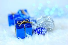 Contenitori di regalo con le decorazioni di natale Fotografia Stock