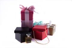Contenitori di regalo con le perle ed il profumo isolati Fotografia Stock
