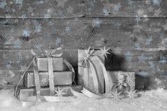 Contenitori di regalo d'argento per natale nell'eleganza misera sul backgro di legno Fotografia Stock