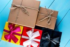 Contenitori di regalo del fondo di Natale sul bordo di legno blu Fotografia Stock
