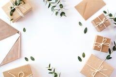 Contenitori di regalo del mestiere su fondo bianco fotografia stock libera da diritti