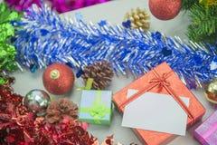 Contenitori di regalo del regalo di Natale sul pavimento di legno Buon Natale e buon anno Immagine Stock