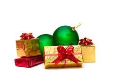 Contenitori di regalo dell'oro con le palle di Natale Fotografie Stock Libere da Diritti