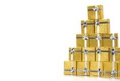 Contenitori di regalo dell'oro dell'asciugamano su bianco Immagine Stock Libera da Diritti