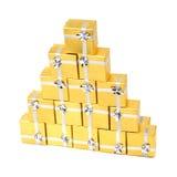 Contenitori di regalo dell'oro dell'asciugamano su bianco Immagine Stock
