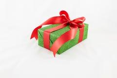 Contenitori di regalo della festa decorati con il nastro su bianco Fotografia Stock