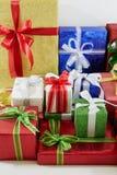 Contenitori di regalo della festa decorati con il nastro su bianco Fotografie Stock