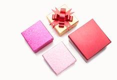 Contenitori di regalo di colore su bianco Fotografie Stock