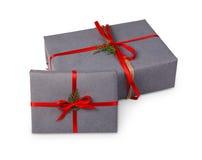 Contenitori di regalo di Natale in carta grigia isolata su bianco Immagini Stock Libere da Diritti