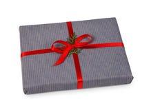 Contenitori di regalo di Natale in carta grigia isolata su bianco Fotografia Stock