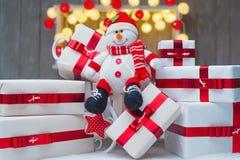 Contenitori di regalo di Natale con gli archi rossi del nastro Immagine Stock Libera da Diritti