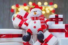Contenitori di regalo di Natale con gli archi rossi del nastro Fotografia Stock Libera da Diritti