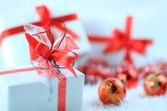 Contenitori di regalo di natale con il ribbo rosso Immagini Stock