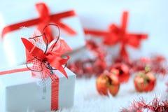 Contenitori di regalo di natale con il ribbo rosso immagini stock libere da diritti