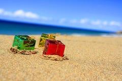 Contenitori di regalo di natale sulla spiaggia Fotografia Stock