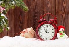 Contenitori di regalo di Natale, sveglia e ramo di albero dell'abete Fotografia Stock