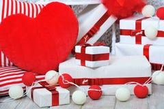 Contenitori di regalo e cuscino a forma di del cuore Immagine Stock