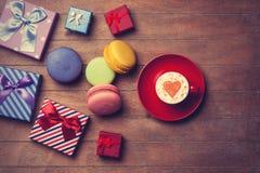 Contenitori di regalo e di tazza con macaron Fotografie Stock Libere da Diritti