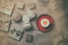 Contenitori di regalo e di tazza con macaron Fotografia Stock Libera da Diritti