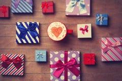 Contenitori di regalo e di tazza su fondo di legno Fotografie Stock Libere da Diritti