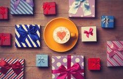 Contenitori di regalo e di tazza su fondo di legno Fotografie Stock