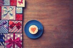 Contenitori di regalo e di tazza su fondo di legno Fotografia Stock Libera da Diritti
