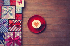 Contenitori di regalo e di tazza su fondo di legno Immagine Stock Libera da Diritti