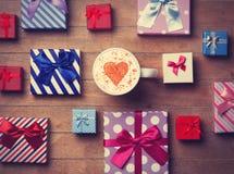 Contenitori di regalo e di tazza su fondo di legno Immagini Stock Libere da Diritti