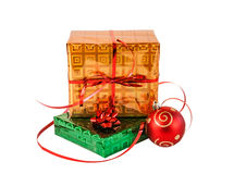 Contenitori di regalo e palla di natale Isolato su bianco Fotografia Stock