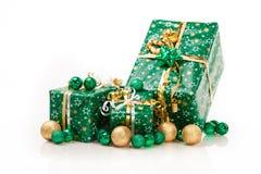 Contenitori di regalo e palle di natale, isolate su bianco Immagini Stock Libere da Diritti
