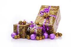 Contenitori di regalo e palle di natale, isolate su bianco Fotografia Stock Libera da Diritti