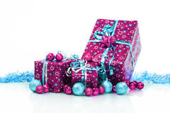 Contenitori di regalo e palle di natale, isolate su bianco Fotografie Stock Libere da Diritti
