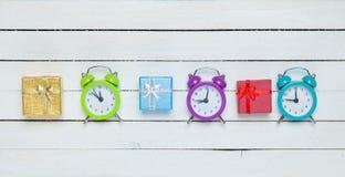 Contenitori di regalo ed orologi del alrm fotografia stock