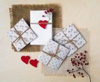Contenitori di regalo fatti a mano rustici sopra fondo di legno Vista superiore, disposizione piana Fotografia Stock