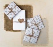 Contenitori di regalo fatti a mano rustici sopra fondo di legno Vista superiore, disposizione piana Immagine Stock