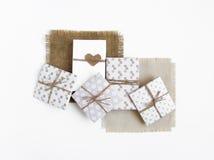 Contenitori di regalo fatti a mano rustici su fondo bianco Vista superiore, disposizione piana Immagini Stock Libere da Diritti