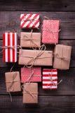 Contenitori di regalo festivi con i presente su fondo di legno d'annata Fotografia Stock Libera da Diritti
