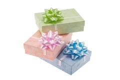 Contenitori di regalo isolati sopra fondo bianco Fotografia Stock Libera da Diritti