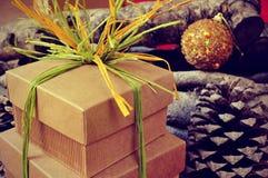 Contenitori di regalo legati con la rafia naturale dei colori differenti su Rus Fotografie Stock Libere da Diritti