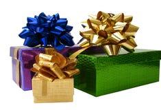 Contenitori di regalo legati nastro sopra priorità bassa bianca Immagine Stock