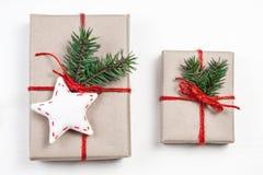 Contenitori di regalo di Natale con le decorazioni di natale Wiyh C della cartolina d'auguri Fotografie Stock Libere da Diritti