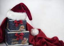 Contenitori di regalo di Natale e cartolina di Natale di calore di Santa fotografia stock