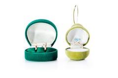 Contenitori di regalo per gioielli con le fedi nuziali dell'oro e l'anello di fidanzamento dell'oro Fotografia Stock Libera da Diritti