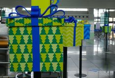 Contenitori di regalo per la decorazione all'aeroporto immagine stock