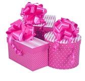 Contenitori di regalo rosa con l'arco del nastro isolato su bianco Immagine Stock Libera da Diritti