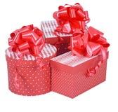 Contenitori di regalo rossi con l'arco del nastro isolato su bianco Immagine Stock Libera da Diritti
