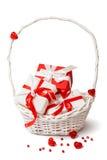 Contenitori di regalo rossi e bianchi svegli in canestro bianco. Fotografie Stock Libere da Diritti