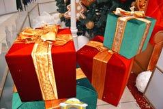 Contenitori di regalo rossi e verde smeraldo con il nastro dell'oro Immagine Stock