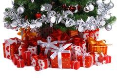 Contenitori di regalo rossi sotto l'albero di Natale fotografie stock